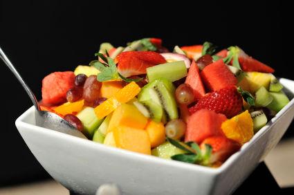 Salată de fructe cu lămâi, miere şi mentă
