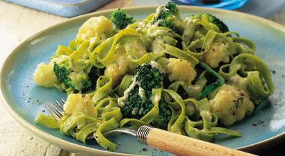Tagliatelle cu broccoli, conopida si branza albastra