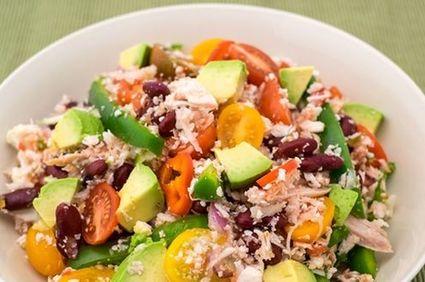 Salată cu pui, avocado şi boabe de fasole
