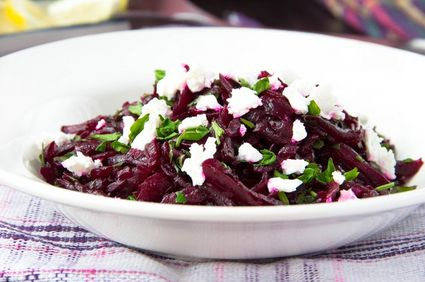 Salată de sfeclă roşie cu brânză feta şi pătrunjel verde