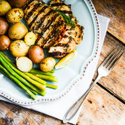 Pui la grătar cu cartofi noi și sparanghel