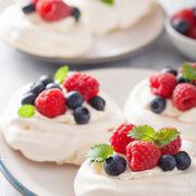 Bezea cu fructe și cremă de vanilie