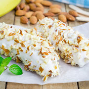Îngheţată pe băţ cu ciocolată albă şi migdale