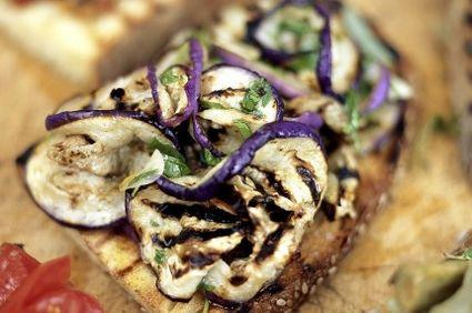 Bruschete cu vinete la grătar şi usturoi. O reţetă recomandată de Jamie Oliver