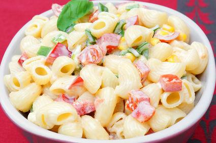 Salată clasică de paste cu maioneză