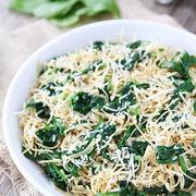 Spaghete cu spanac, parmezan şi usturoi