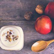 Cremă de iaurt cu piersici şi nuci