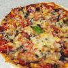 Pizza cu salam, porumb si ardei gras