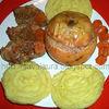 """Friptura de porc cu mere umplute si """"banuti"""" de cartofi"""