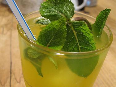 Limonadă cu nectarine şi mentă