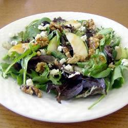Salată cu pere şi brânză albastră
