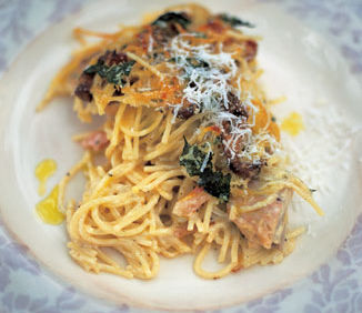 Jamie Oliver: Spaghete cu pui şi ciuperci, scăldate în vin alb