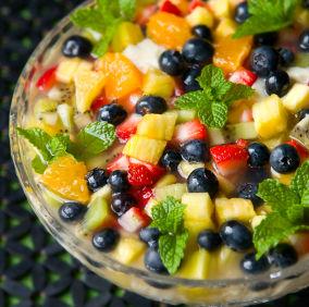 Salată cu afine, piersici şi cimbru