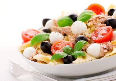 Salată de vară cu paste, mozzarella şi ton
