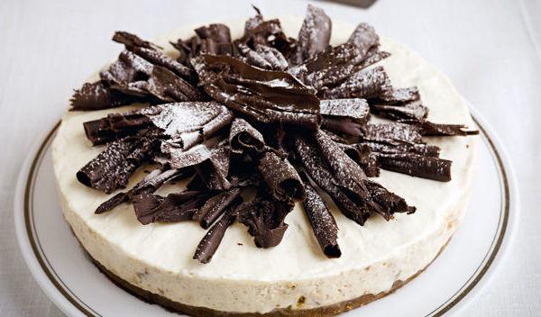 Reţetă de sărbătoare: Tort rapid şi cremos cu pere, rom şi ciocolată