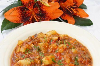 Mancare de cartofi si ciuperci in sos de rosii