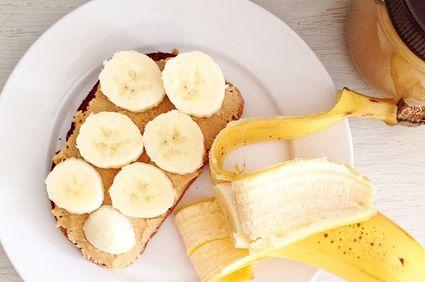 Toast cu unt de arahide şi banană