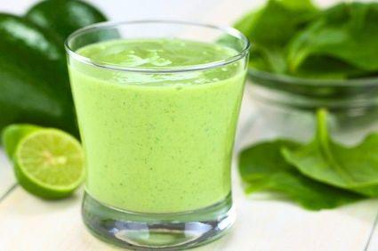 Smoothie cu frunze verzi (spanac, kale, pătrunjel)