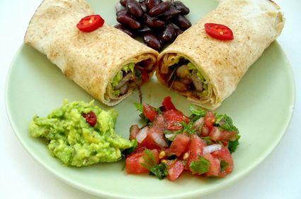 Burrito vegetarian cu fasole, salsa şi guacamole