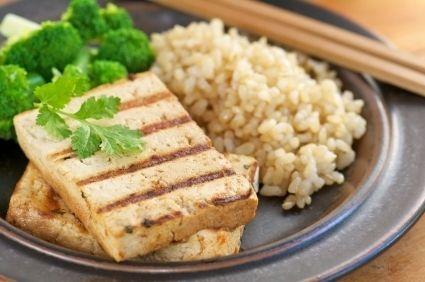 Tofu la grătar cu orez brun şi broccoli