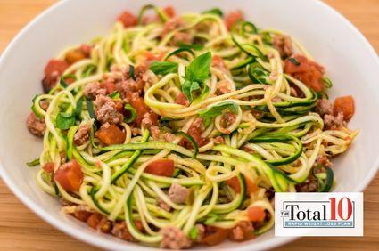 Paste din zucchini cu roşii şi carne de curcan