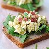 Salată cremoasă cu ouă şi avocado