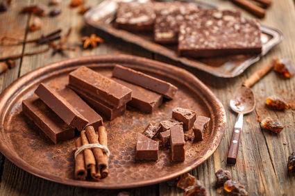 Batoane de ciocolată cu lapte praf, rom şi alune