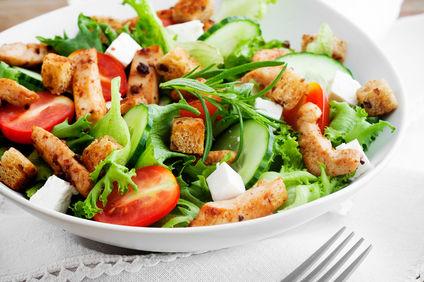 Salată cu avocado şi piept de pui