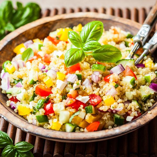 Salată mediteraneană cu quinoa