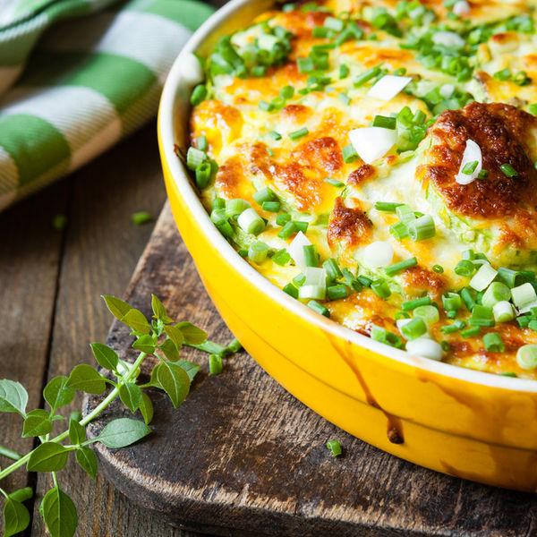 Dovlecei la cuptor cu sos de brânză şi ceapă verde