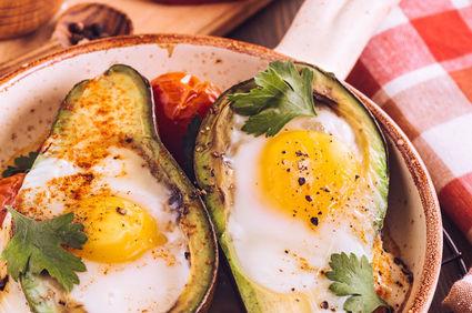 Ou în avocado la cuptor, un preparat perfect pentru weekend