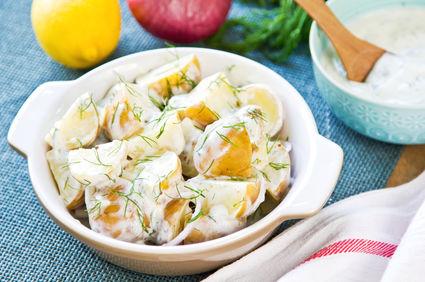 Salată de cartofi noi, cu smântână şi mentă