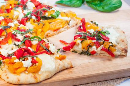 Pizza cu ardei copt, brânză de capră şi busuioc