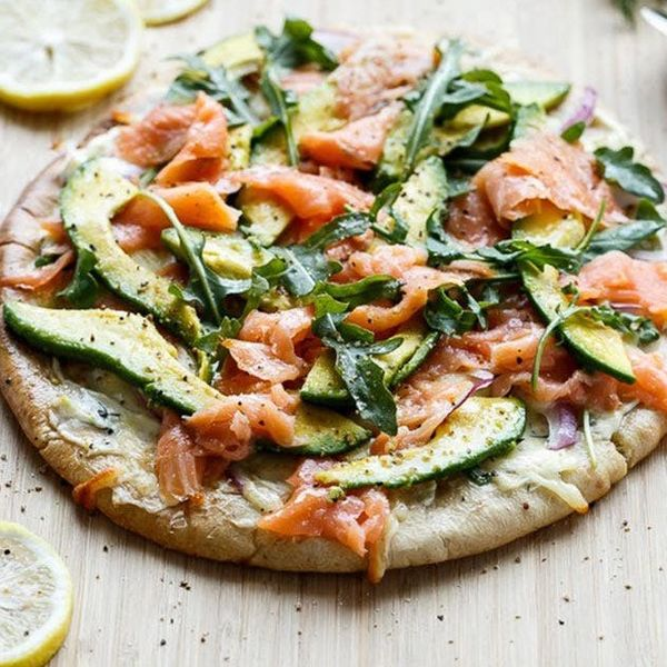 Pizza cu avocado și somon afumat
