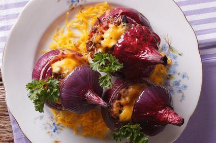 Ceapă roşie umplută cu carne tocată