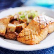 Somon cu cartofi și sos de hrean. O rețetă simplă
