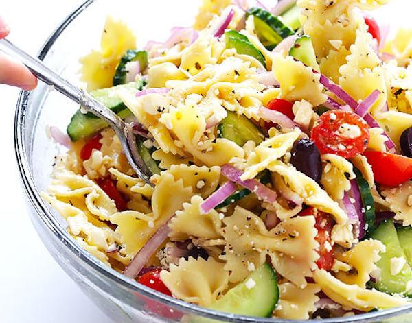 Salată grecească de paste și brânză feta