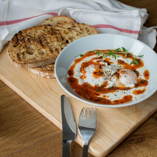 Cum să prepari Cilbir, rețeta turcească de ouă poșate cu iaurt