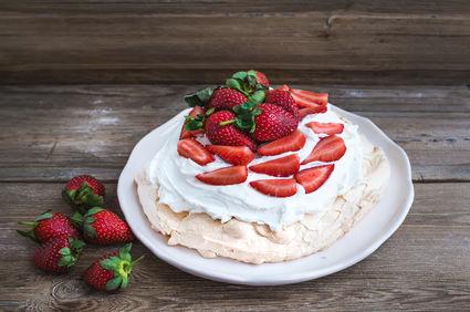 Prăjitură Pavlova cu căpșuni