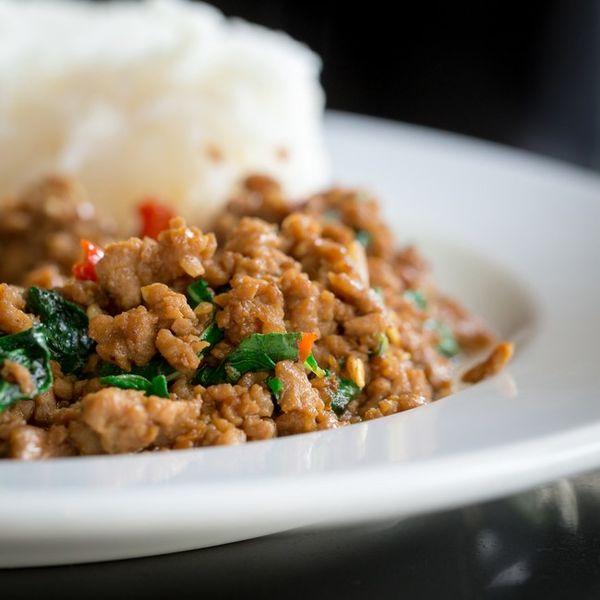 Carne de porc cu ghimbir, orez şi salata de castraveţi