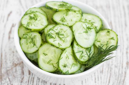 Salată de castraveți cu usturoi și mărar