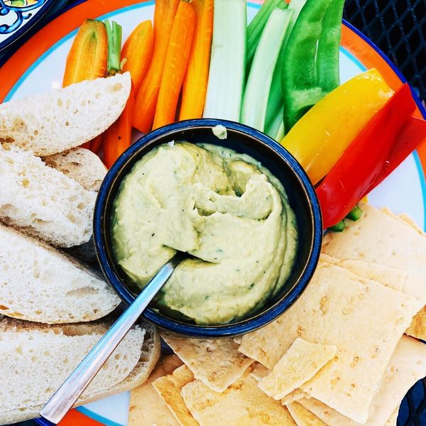 Hummus de avocado cu crudități